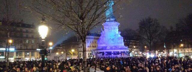 """Après la manifestation contre la loi El Khomri, des centaines et des centaines de personnes continuent la mobilisation place de la République, à Paris, dans le cadre d'une opération """"Nuit Debout"""""""
