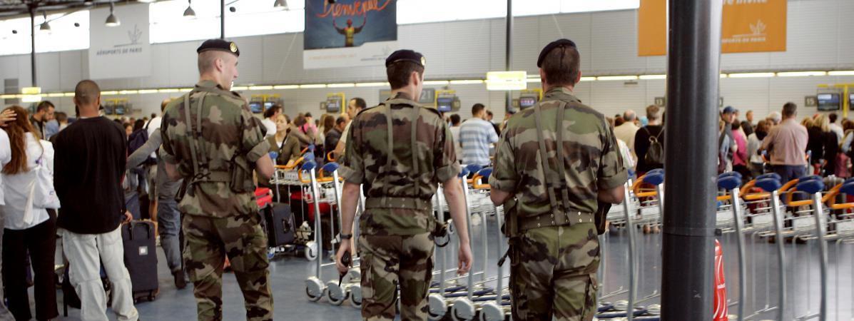 Des militaires patrouillent dans l'aéroport de Roissy-Charles-de-Gaulle, le 24 juillet 2005. (BERTRAND GUAY / AFP)