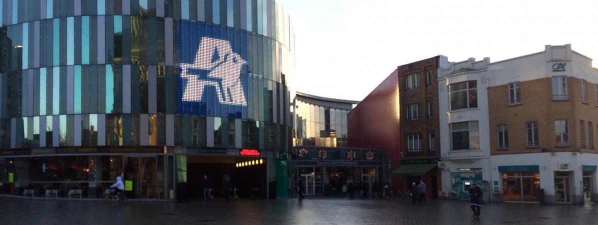 L'entrée du Auchan City de Tourcoing (Nord), sur le parvis Saint-Christophe.  (KOCILA MAKDECHE / FRANCEINFO)