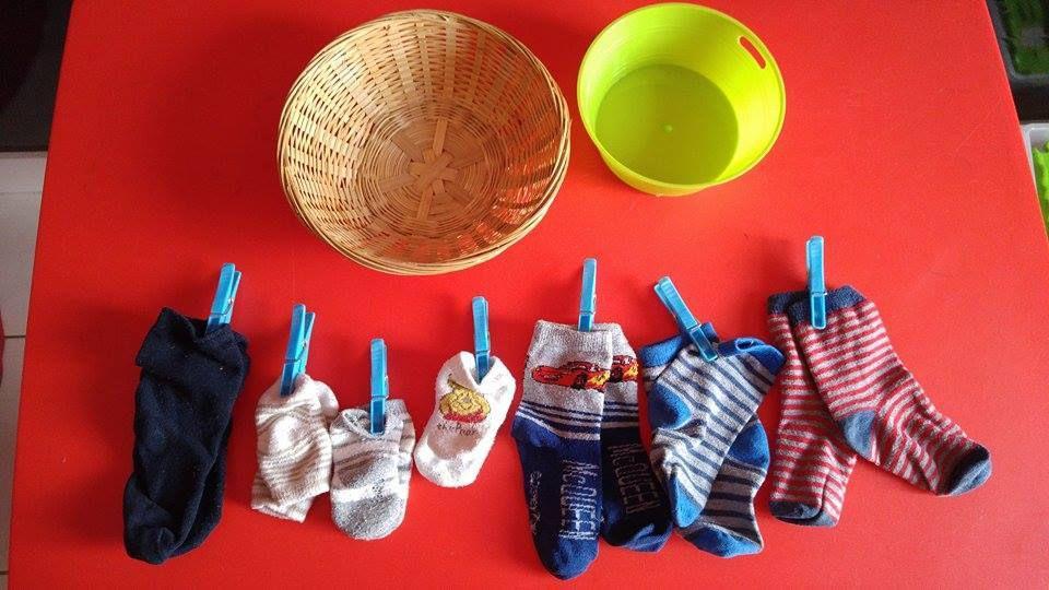 {montessori} Atelier chaussettes et pinces à linge