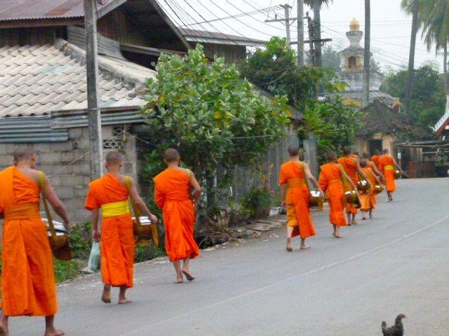 Luang Prabang - l'aumône des moines bouddhistes
