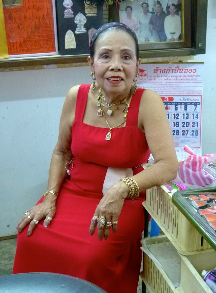 des vendeuses noyées dans les tuniques indiennes... des branchées... des femmes aux bijoux... des masseurs transsexuelles... des chinoises coquines...