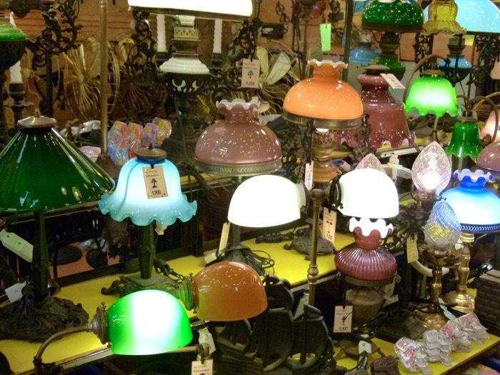 des guirlandes de lumière et des lampes...