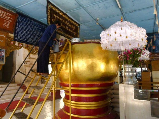 les offrandes sont déposées dans une grande urne et il faut pour cela grimper à une échelle