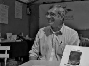 """Jean-Louis Rambour lisant """"In Memoriam"""", en hommage au poète Gilbert Desmée &#x3B; Creil, 28 avril 2015."""