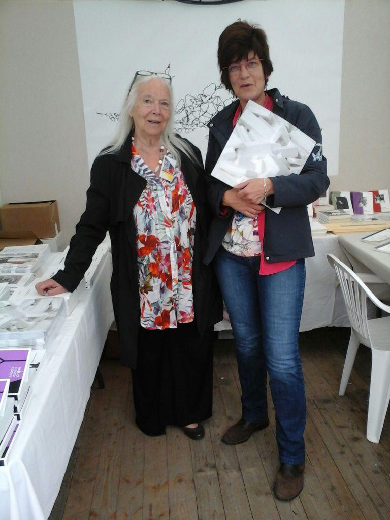 Cécile Odartchenko et Murielle Compère-Demarcy au stand des éditions des Vanneaux &#x3B; samedi 11 juin 2016.