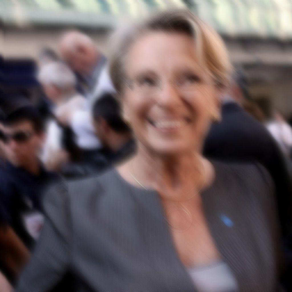 Eugénie présidente - image du net pas nette (un genre de flou artistique, quoi !).