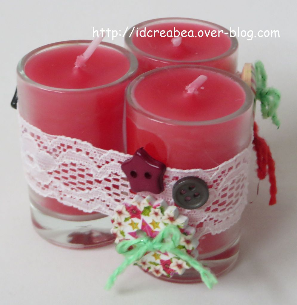 ... Une boule, des bougies et un calendrier fait maison.