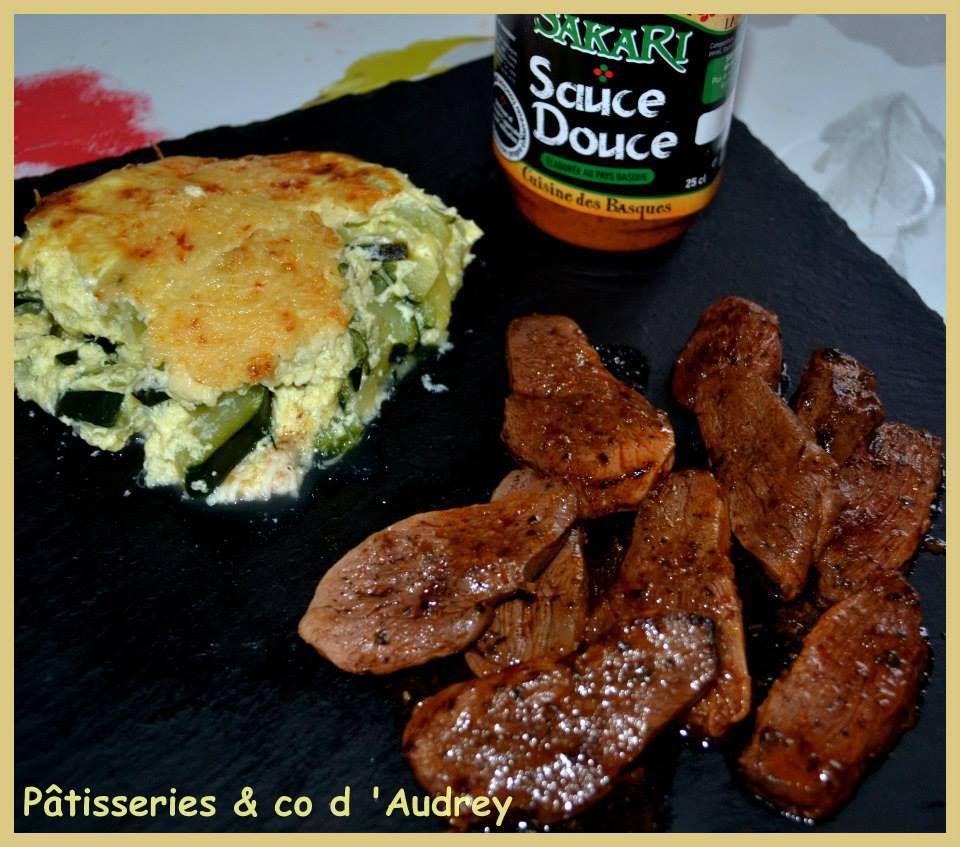 Magret de canard marinés à la sauce douce Sakari de mon partenaire petricorena.com accompagnés d'un gratin de courgettes au curry