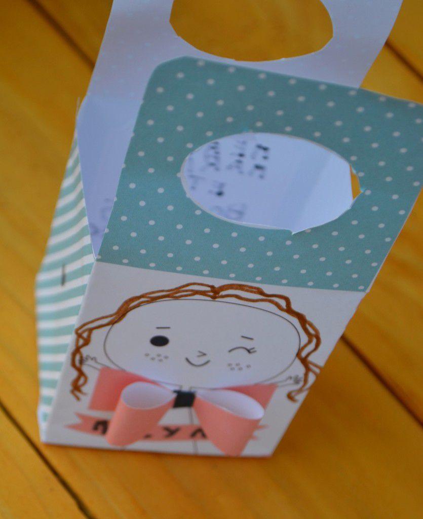 Les petites boites cadeaux ,moi je les ai utilisé pour transporter les colliers votre enfant dessine les cheveux ,écris son prénom et son petit mot au dos de la boite j'ai trouvé le DIY sur le blog http://zugalerie.blogspot.fr/2015/06/un-diy-special-merci-maitresse-maitre.html