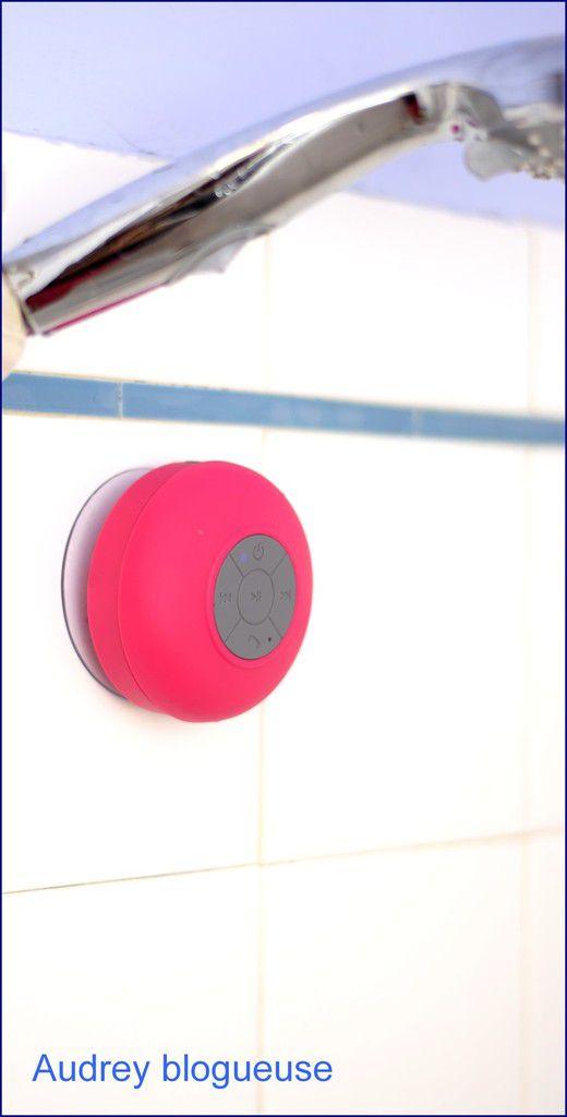 Fixer grâce à la ventouse sous la douche ,les boutons sont Avant/Arrière, Pause/Play, Allumer/Eteindre, Apairer/Décrocher/Raccrocher