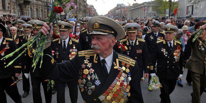 UKRAINE - 9 mai 2015 : « nous n'avons pas peur » les anciens combattants antifascistes de l'Armée Rouge vont défiler dans Kiev
