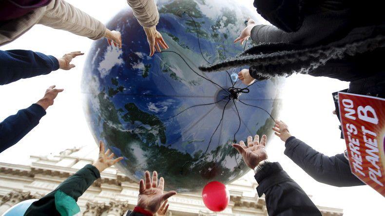 Ballon en forme de Terre lâché par des manifestants de la COP 21 (source Reuters)