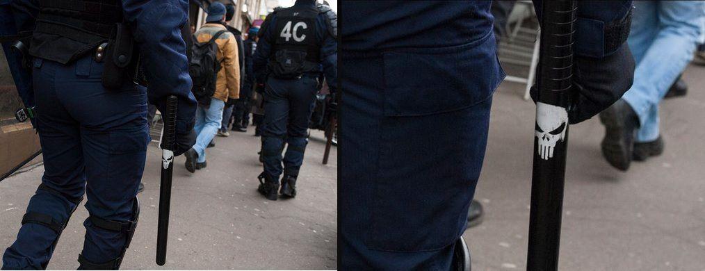 Une TÊTE DE MORT sur la matraque d'un POLICIER crée la controverse