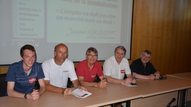 Jacques Nikonoff (deuxième sur la droite) a développé son programme autour de sympathisants à Hérouville-Saint-Clair. | Ouest-France