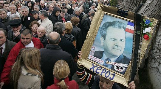Les partisans de Slobodan Milosevic font la queue devant la tombe de l'ancien président à Pozarevac pour lui rendre hommage, 10 mars 2007. © Marko Djurica/Reuters