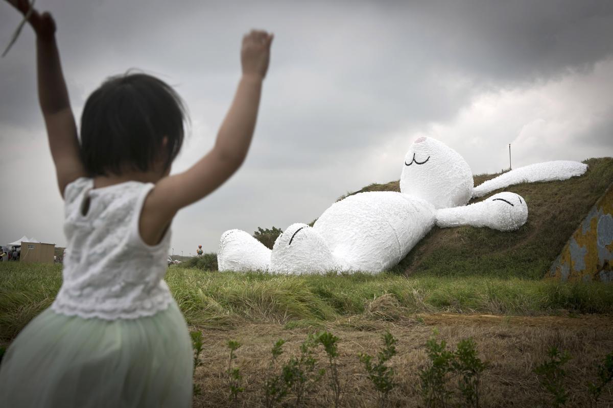 Contrairement au caniche racoleur, le lapin blanc est symbole d'altruisme et d'amour. Une fois sorti du chapeau, celui des chiens de garde a la particularité de pouvoir se gonfler à volonté avant de s'éteindre …
