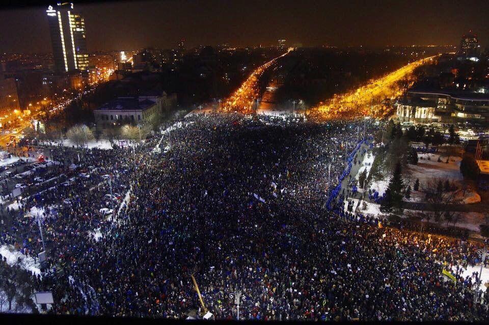 Énorme manifestation à Bucarest (Roumanie) après l'adoption, par décret d'urgence, d'une dépénalisation de faits de corruption. (source : twitter -infos françaises)