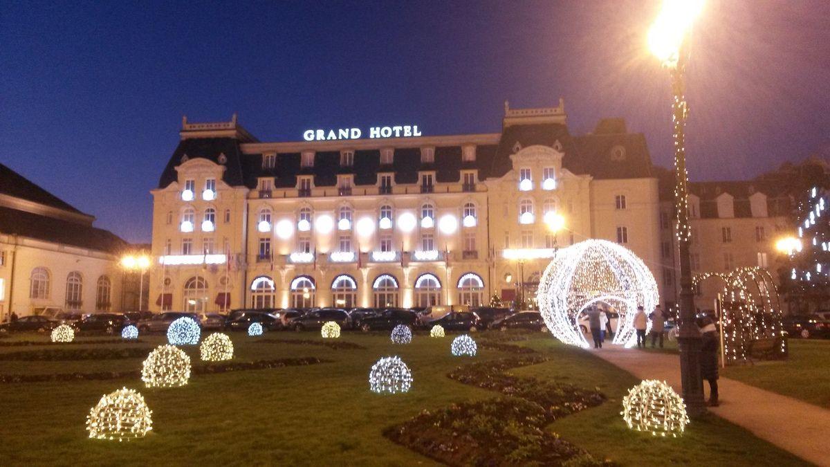 Le grand hôtel (côté jardin) et sa décoration de noël, qui vaut le détour.