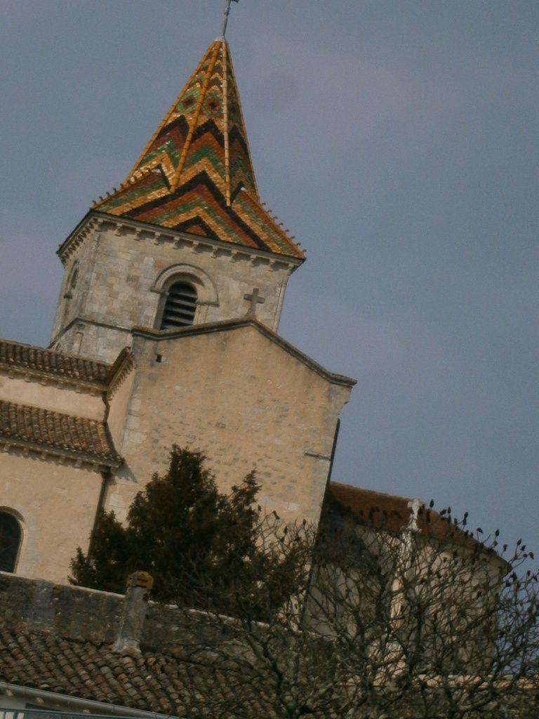 L'église st Pierre réputée pour le clocher fait de mosaïque chaude en tuiles polychromes .