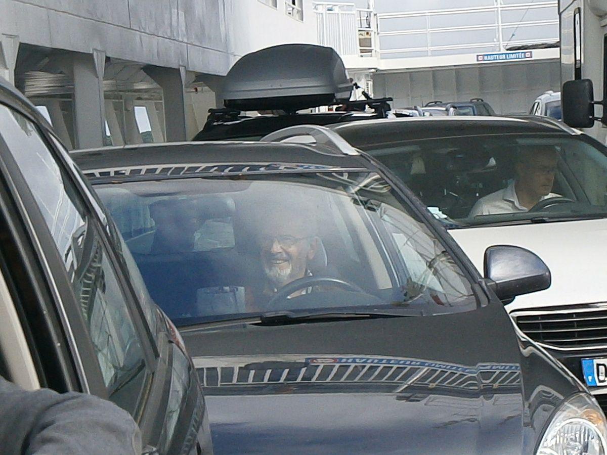 Notre président coincé dans la voiture . Heureusement qu'il a la taille mannequin : il a pu sortir