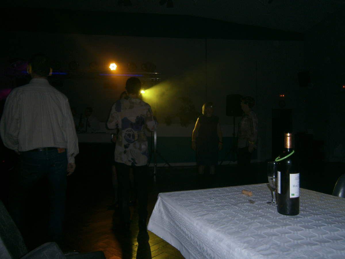 Tous mes amis dansent et moi je vous regarde debout sur la table , avec un beau collier fluo , mais personne ne veut de moi !!!