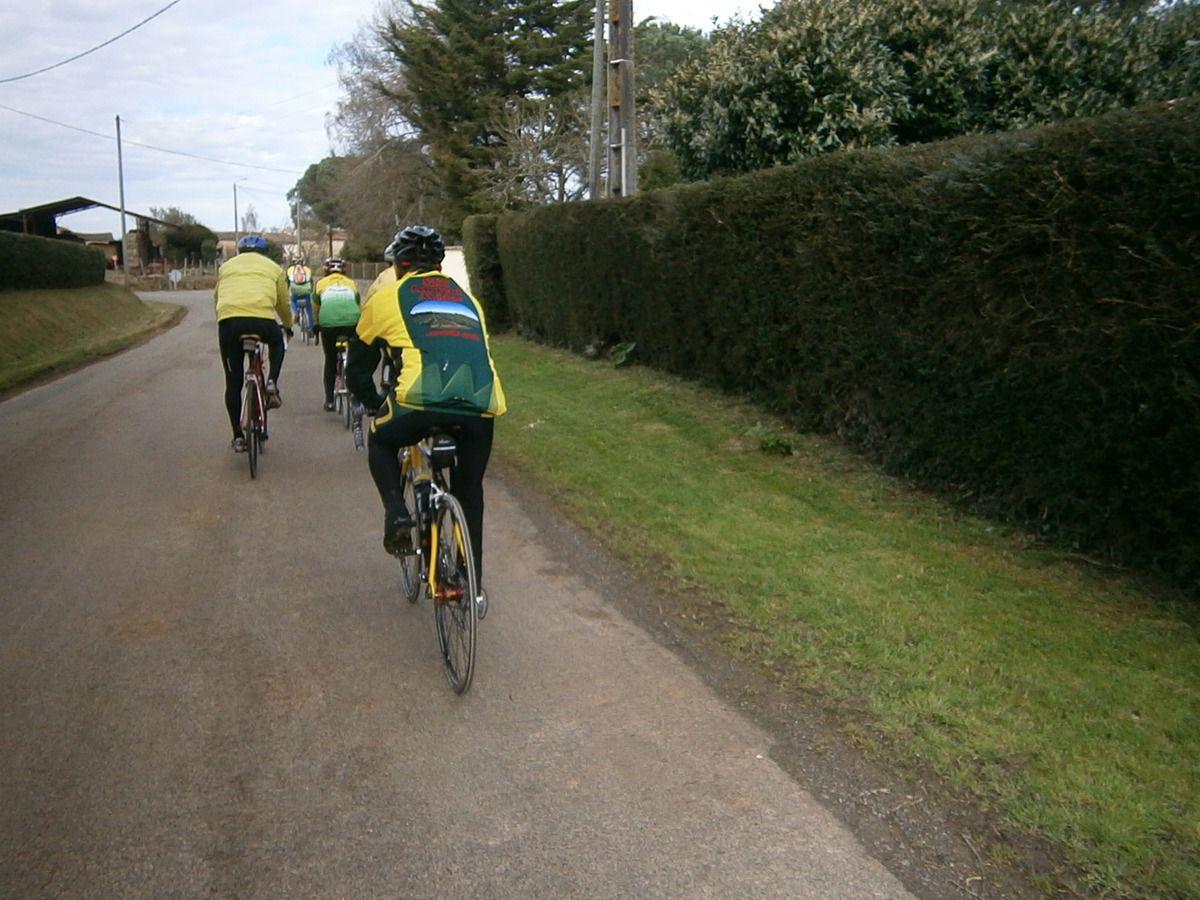 Nous nous abritons derrière des cyclistes