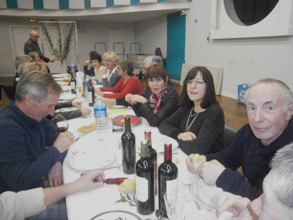 Certains , continuent l'apéritif à table . Tchin , Tchin !!!!! Tiens bien la bouteille Danièle