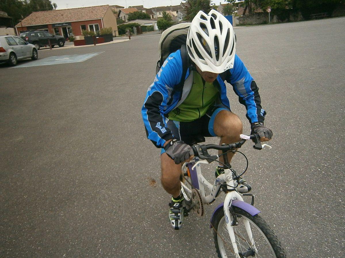Et voilà Carlos sur son petit vélo qui n'a pas pu s'empêcher de faire une démonstration . Il ne faut rien laisser dans les mains des enfants !!!