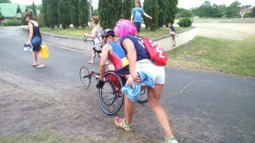 La course terminée pour notre valeureux cycliste , c'est maintenant le départ de la course à pied sur le handbike . 40 km