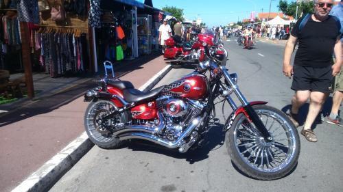 Tiens !!! la moto rouge de Nicolas Hulot (notre ministre écologiste ) ?