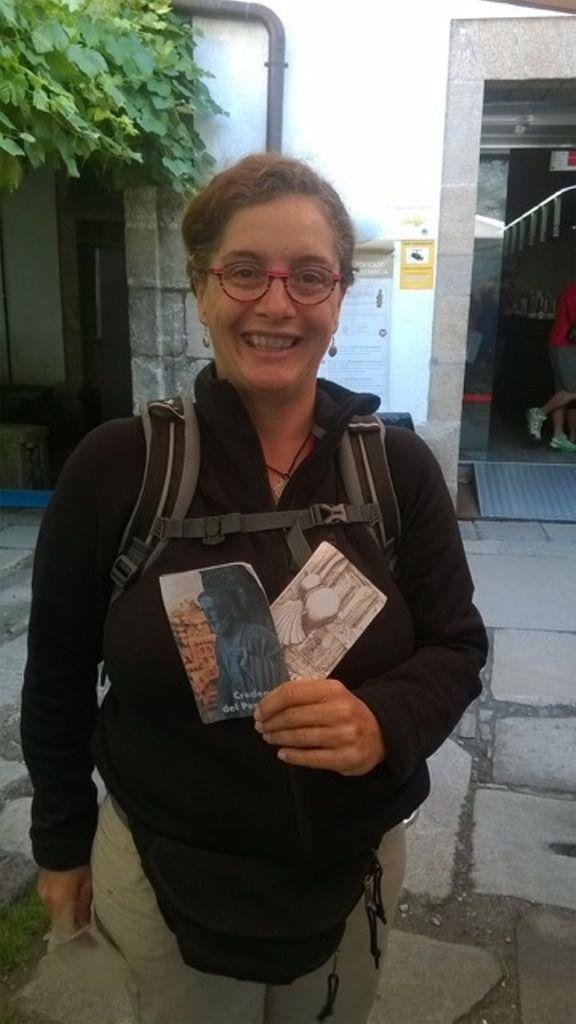 Au bureaudes pèlerins avant et après la remise de la Compostela. La Compostela et les crédentials avec les tampons de la cathédrale de Santiago.