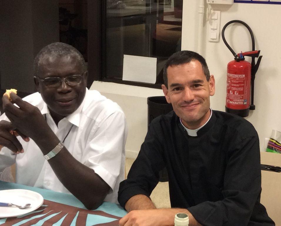 L'Abbé Edouard repart ce jeudi pour Dakar via Alger, puis 8 heures de taxi collectif, ferry-boat et enfin minibus.