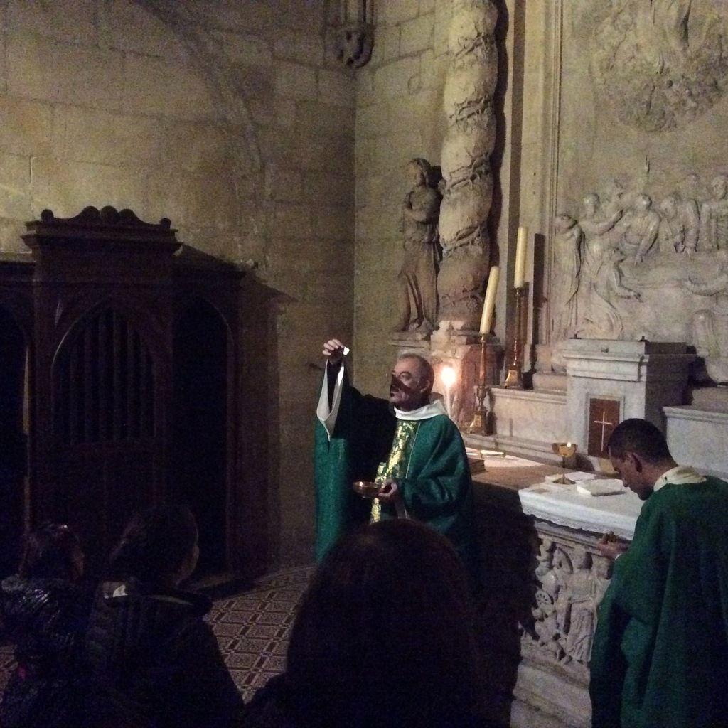 Temps famille cet après-midi à Arles. Catéchèse avec les Pères Benoit et Bastien. Croix en cristal de roche. Passage de la Porte Sainte avant la messe. Très bel après-midi.