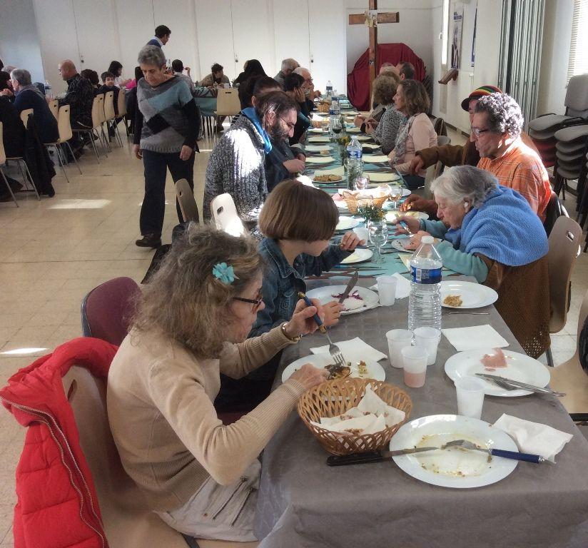Les paroissiens ont ouvert leur table à tous, à ceux qui vivent la solitude, aux démunis, aux sans domicile, à leurs propres amis… Le plat principal était fourni, le reste était apporté par chacun.