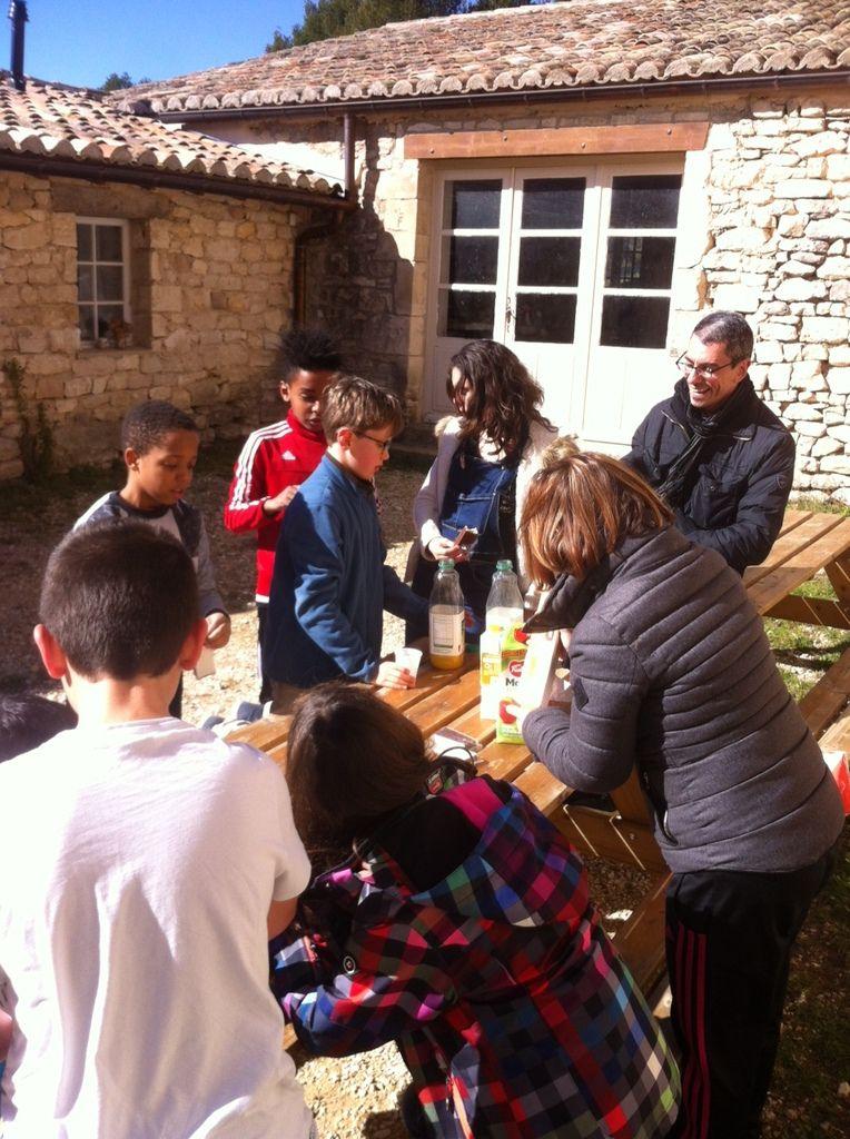 Retraite à l'abbaye de Senanque pour les enfants du Catéchisme. Au programme : enseignement, vaisselle, marche, prière &#x3B; tout cela dans la Joie du Christ.