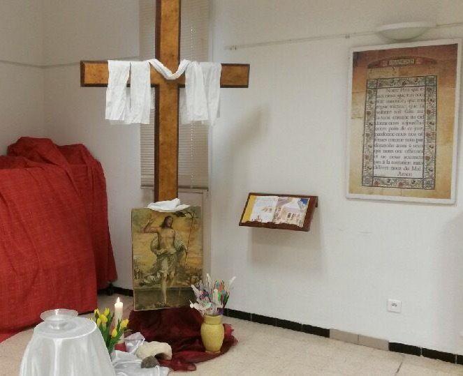 Le Croix, le tombeau ouvert, la lumière, l'eau baptismale, La Parole de Dieu, le monde ....