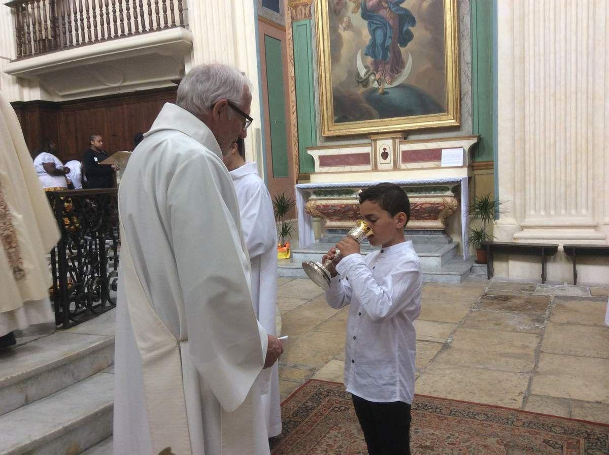 Au cours de la messe de dimanche, Matéo a communié pour la première fois.