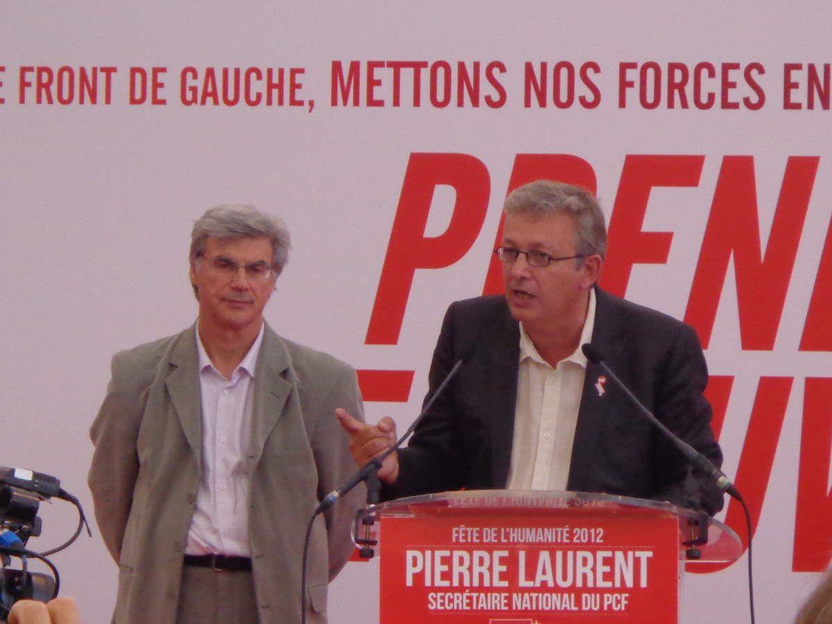 Pierre Laurent à la tribune (Fête de l'Humanité 2012) à gauche Patrick Le Hyaric directeur de l'Humanité. (Photo d'archives)