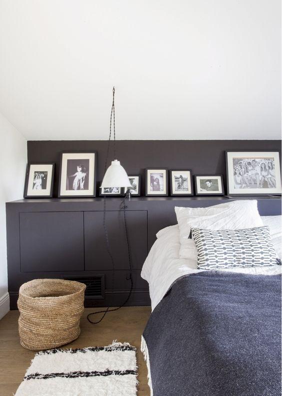 Une étagère en tête de lit