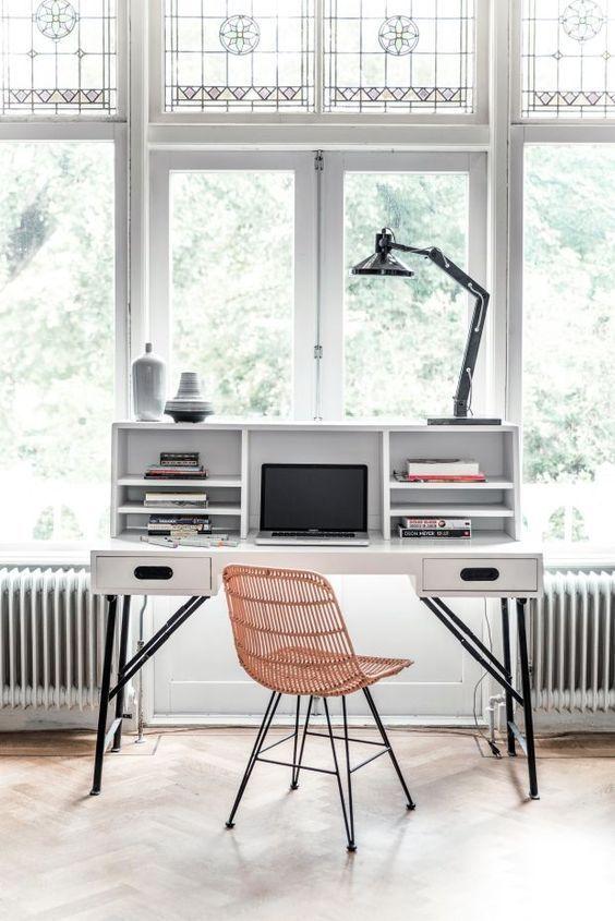 Un bureau derrière la fenêtre