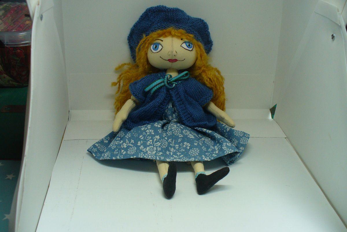 une petite poupée bleue