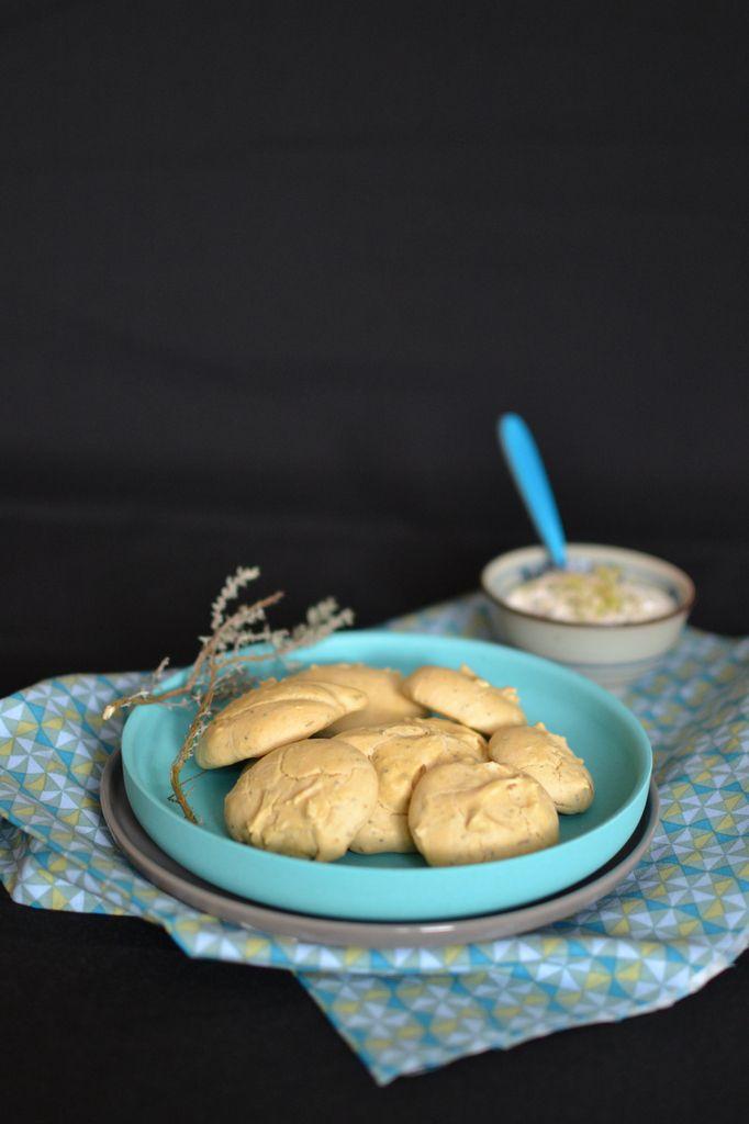 Biscuits aux pois chiches, pavot et aux herbes aromatiques ~ Sauce moutardée à l'échalote { Sans gluten }