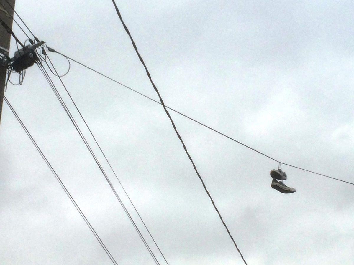 Aulnay-sous-Bois frappée par le phénomène des chaussures suspendues aux fils électriques ou téléphoniques ?