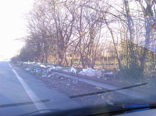 Dépôt sauvage de déchets près de la zone industrielle à Aulnay-sous-Bois en venant de l'aéroport