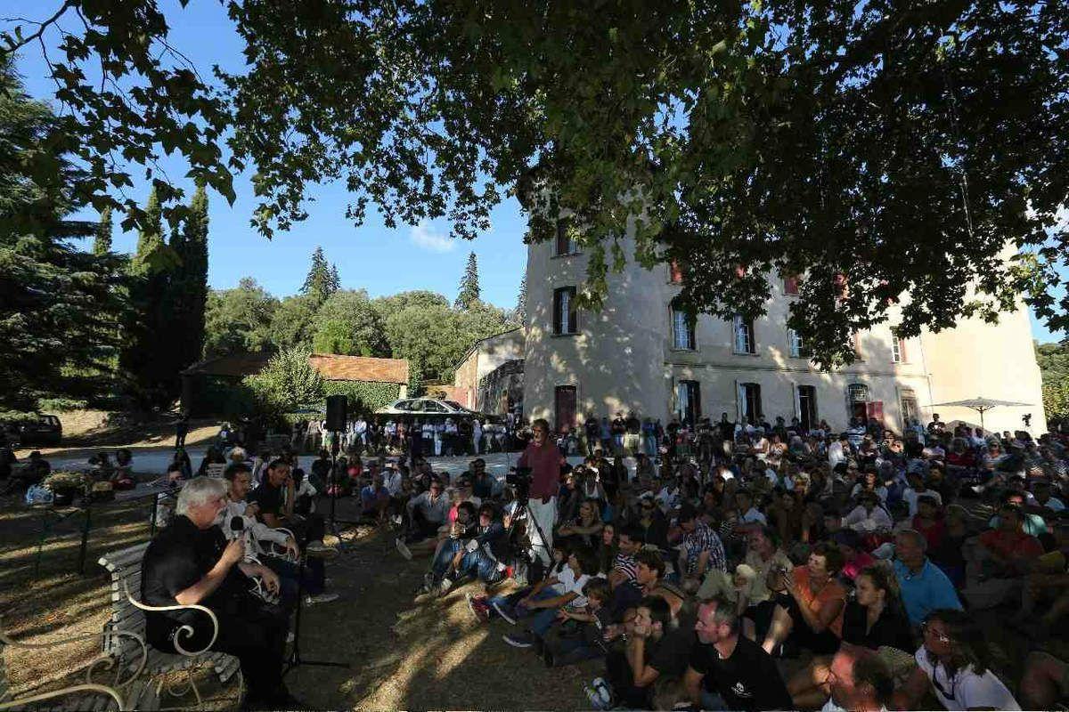 Conférence de Paul Watson, fondateur de Sea Shepherd, devant 600 personnes sur le parvis du chateau de la Mole.
