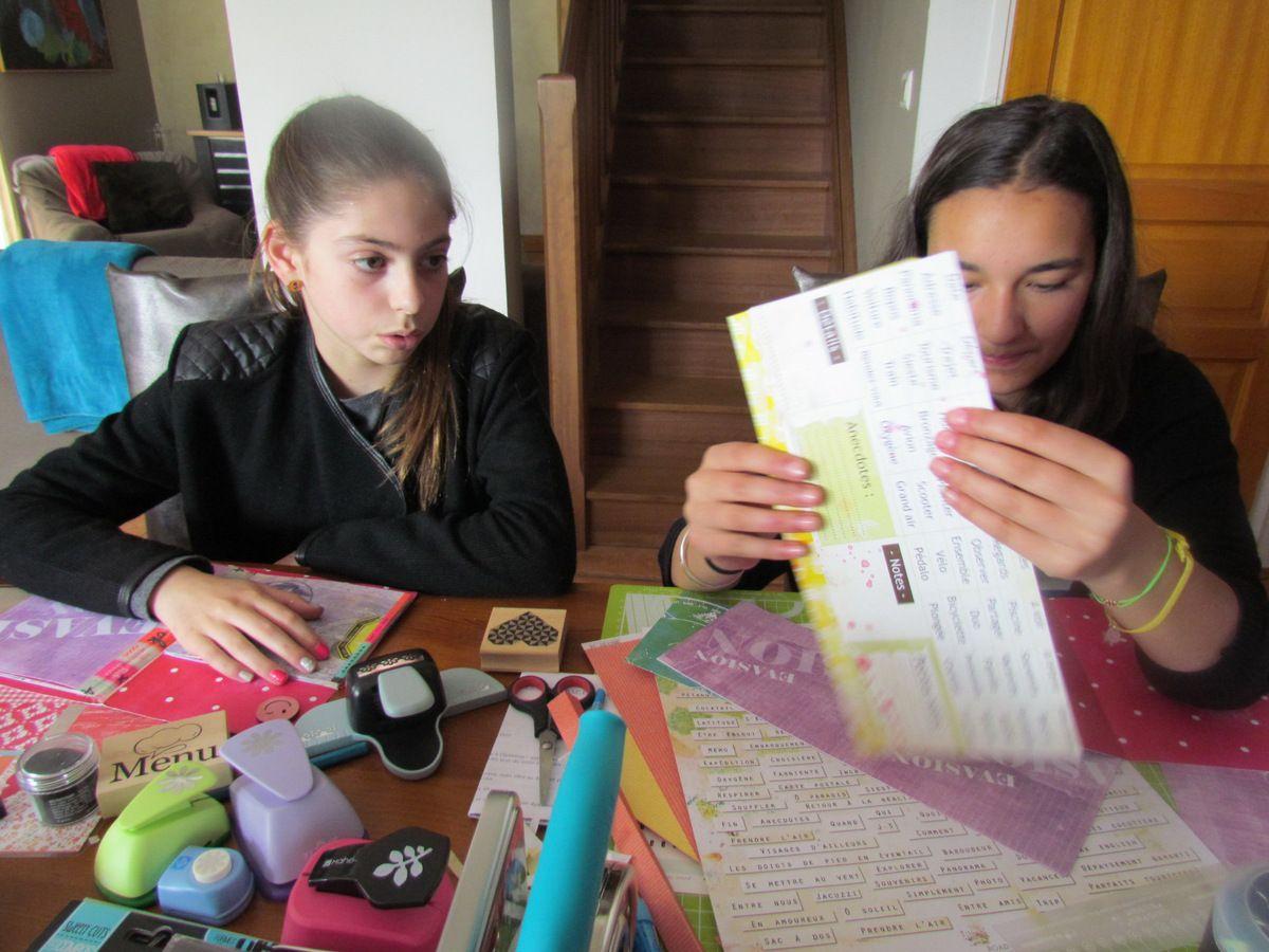 Et puis il y a Fiona et Inès &#x3B; Fiona a fait les 4 ateliers à Version Scrap, la maman d'Inès lui a rapporté les 4 kits... Fiona a donné les explications à Inès, pendant qu'elle fignolait elle-même ses minis albums, elles ont scarppées ensemble : un grand plaisir aux dires de leurs Mamans ... voici donc les photos que m'avait promis Estelle, je suis très très en retard, mais c'est le résultat qui compte!  MERCI à toutes de votre enthousiasme, et aux Parents qui se régalent de vous faire plaisir....
