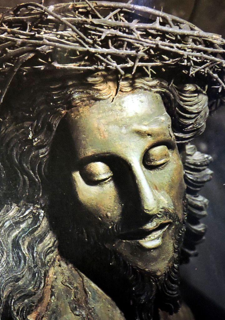 Visage si serein de ce Christ aux épines
