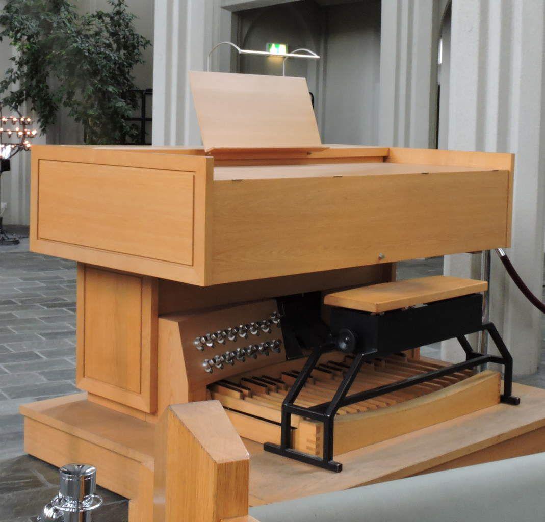 Dans cette Eglise luthérienne, l'orgue vers lequel les sièges peuvent se retrourner semble aussi important que l'autel et la chaire de prédication.