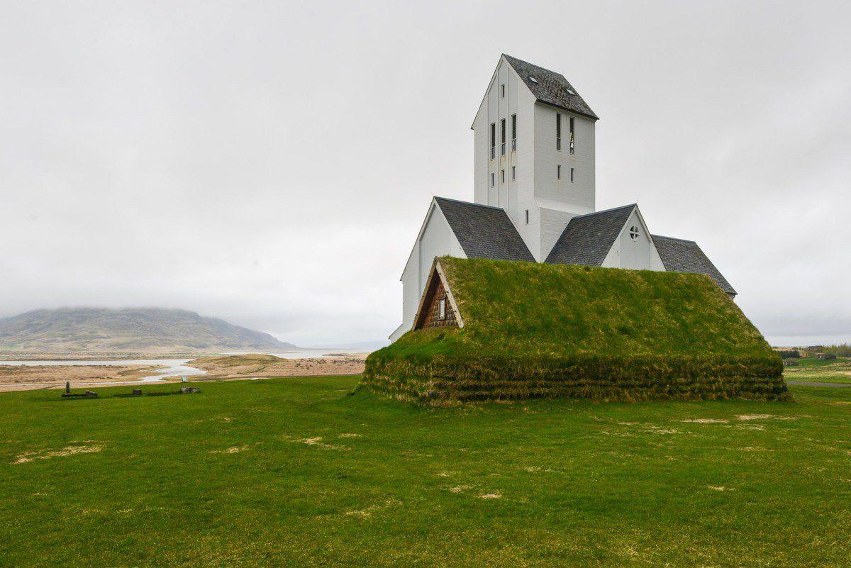PHOTO MAQ : dans une petit village, presqu'un hameau, une noble cathédrale